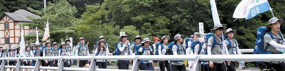 DMZ 평화통일대장정에 나선 남녀 대원들. [사진 엄홍길 휴먼재단]