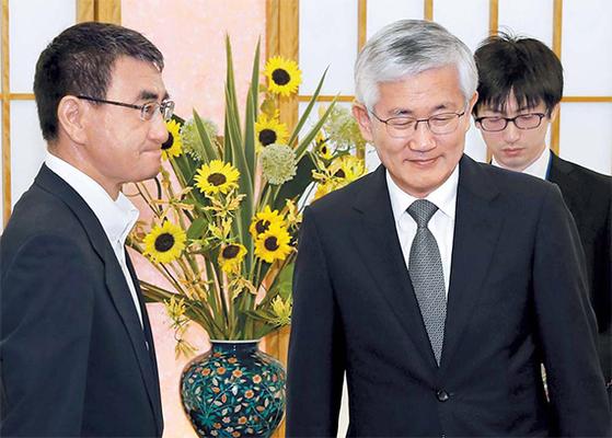 고노 다로 일본 외상(왼쪽)이 19일 오전 일본 외무성에서 남관표 주일대사와 어색한 인사를 나누고 있다. [AP=뉴시스]