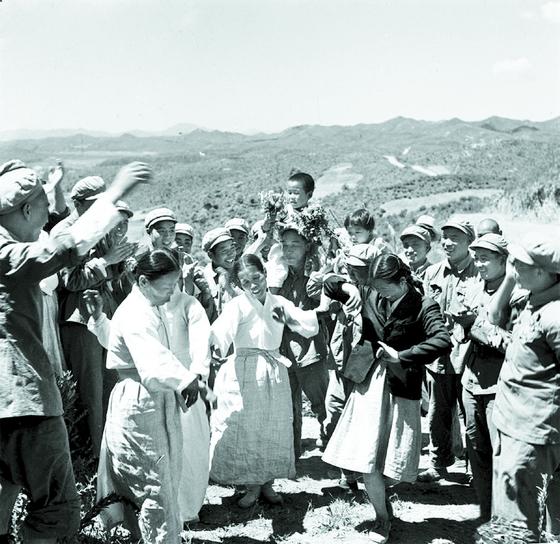 6·25전쟁 시절, 마오쩌 둥의 지시 때문인지 중국지원군 문공단은 주민들과 자주 어울렸다. [사진 김명호]