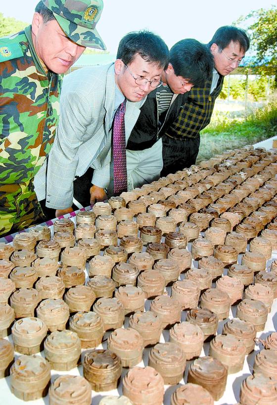2001년 육군 53사단이 부산 중리산에서 발견한 M14 대인지뢰 . [연합뉴스]