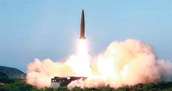 북한 관영 매체인 조선중앙통신은 26일 김정은 국무위원장이 신형 전술유도무기의 '위력시위사격'을 직접 지도했다고 보도했다. [연합뉴스]