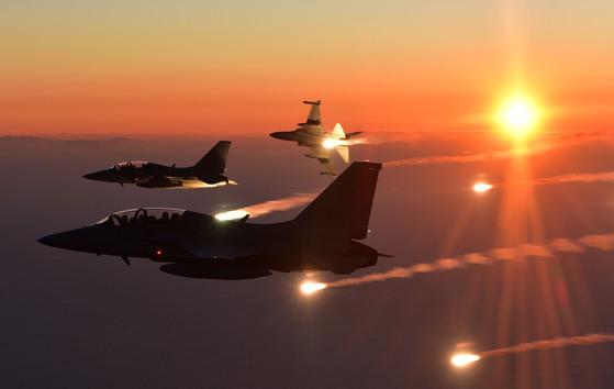 동해상공에서 FA-50 편대가 플레어를 투하하는 모습. [사진 공군]
