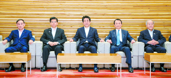 아베 신조 일본 총리(가운데)가 2일 오전 도쿄 총리 관저에서 각의를 주재하고 있다. 각의는 이날 한국을 화이트국가에서 제외하는 내용의 수출무역관리령 개정안을 처리했다. [EPA=연합뉴스]