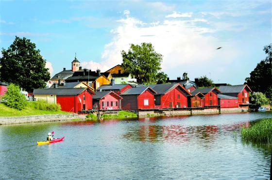 포르보의 랜드마크인 강변의 붉은 목조건물. 예전엔 창고였으나 지금은 상점이나 카페로 개조됐다. 한 할머니가 강에서 카누를 즐기고 있다. 김경빈 기자