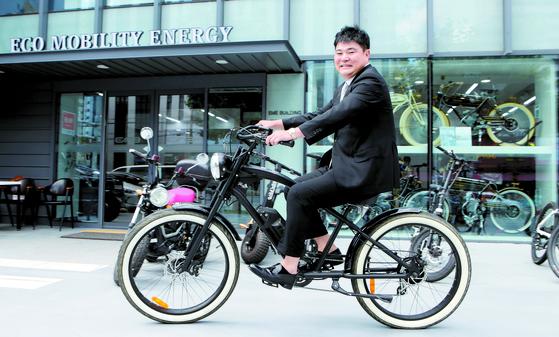 대구시 신암동 EME코리아 본사 앞에서 김홍식 회장이 전기자전거 주행 시범을 보이고 있다. 송봉근 기자