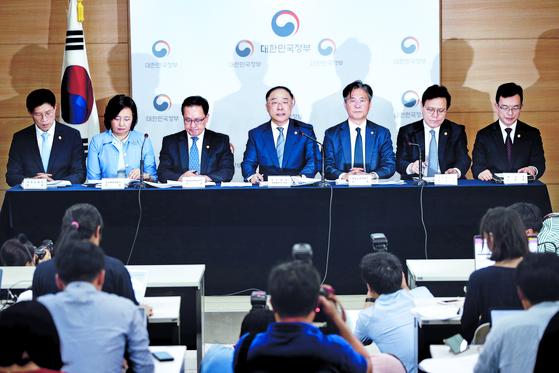 홍남기 부총리 겸 기획재정부 장관(가운데)이 2일 오후 정부서울청사에서 일본 정부가 한국을 화이트국가에서 배제하는 등 보복 조치를 취한 것과 관련해 관계장관 합동 브리핑을 하고 있다. [뉴스1]