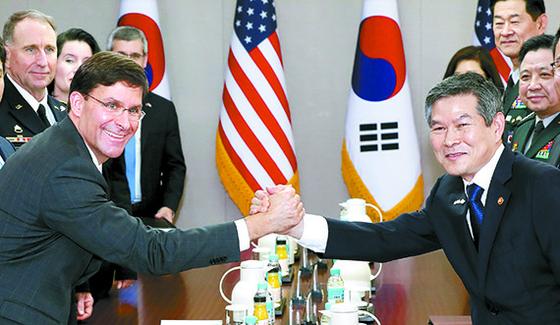 정경두 국방장관(오른쪽)과 마크 에스퍼 미국 국방장관이 9일 국방부 청사에서 열린 한·미 국방장관 회담에서 손을 굳게 맞잡고 있다. [뉴시스]