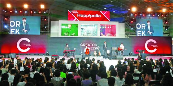 '2019 크리에이터 위크&'이 9일 서울 삼성동 코엑스에서 개막했다. JTBC '슈퍼밴드' 우승팀 인 '호피폴라'가 축하 공연을 하고 있다. 행사는 11일까지 계속된다. 변선구 기자