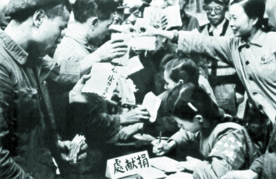 항미원조 기간 중국 각지에서 이런 정경이 벌어졌다. 1951년 봄, 충칭(重慶)의 항미원조 의연금 접수처에 운집한 노동자들. [사진 김명호]