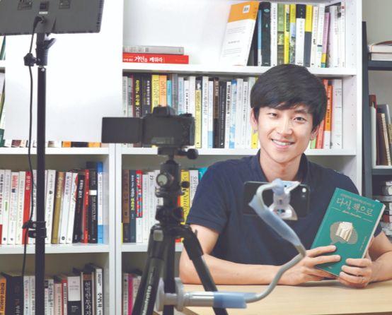 """인기 북튜버 조영표씨. '책을 정말 사랑해야 북튜버를 할 수 있다""""고 했다. 신인섭 기자"""