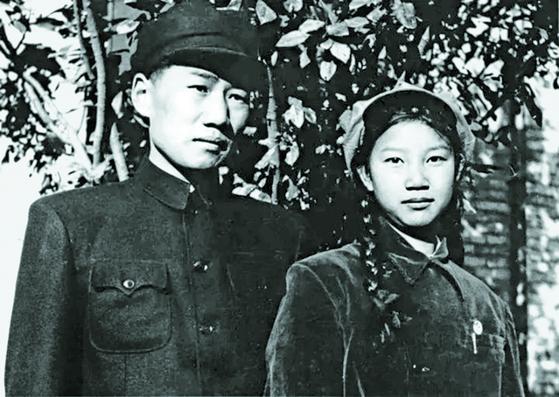 마오안잉은 1950년 10월 19일 압록강을 건넜다. 초등학교 교사 류스치(오른쪽)와 결혼 4일 후였다. 1개월 후 미 공군이 투하한 소이탄에 목숨을 잃었다. 1950년 10월 8일 베이징. [사진 김명호]