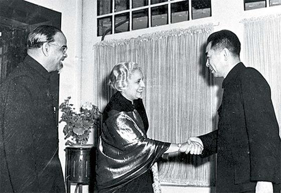중국을 방문한 판디트를 맞이하는 저우언라이(오른쪽). 왼쪽은 주중 인도대사 파닉카. 1950년 12월 12일, 베이징. [사진 김명호]