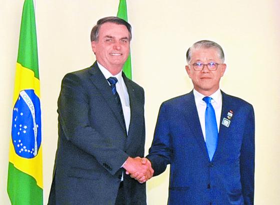 최신원 SK네트웍스 회장이 22일(현지시간) 브라질 브라질리아에 위치한 대통령궁에서 자이르 보우소나루 브라질 대통령과 만나 양국 간 협력 강화 방안을 논의했다. [사진 SK네트웍스]