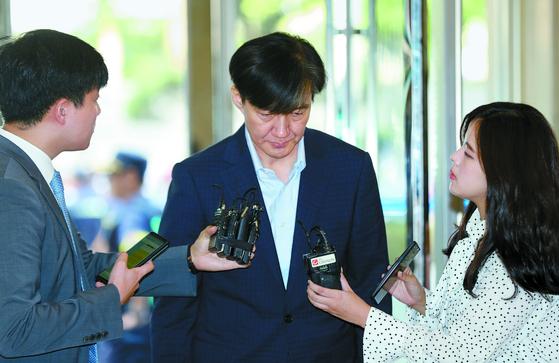 조국 법무부 장관 후보자가 30일 오전 인사청문회 준비사무실이 있는 서울 종로구 적선현대빌딩 로비에 도착하자 기자들이 질문하고 있다. [연합뉴스]