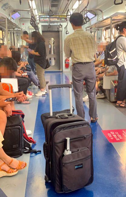 3호선 '곰탱이' 이모씨가 19일 오후 지하철 안에서 프레젠테이션을 하고 있다. 김홍준 기자