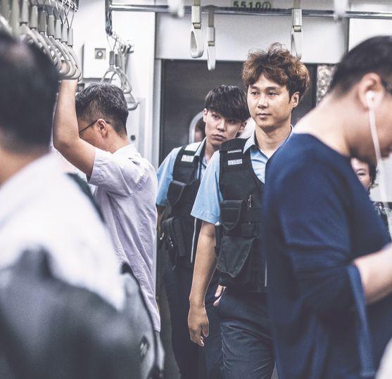 지하철 보안관 박상혁(38·사진 앞)씨와 성영준(27)씨가 23일 오후 5호선 열차를 순찰하고 있다. 이들은 보따리를 짊어지고 물건을 파는 이동상인 등을 단속한다. 김현동 기자