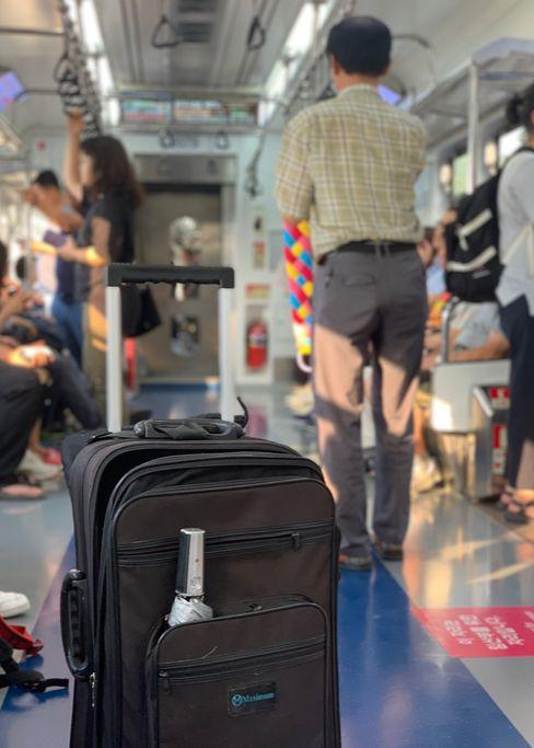 지난 19일 서울 지하철의 한 노선에서 이동상인이 '프레젠테이션(PT)'을 하고 있다. 이 상인의 PT는 40초를 넘지 않았다. 김홍준 기자