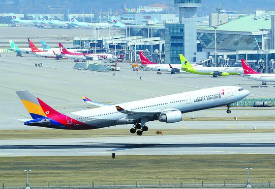 아시아나항공 매각 예비입찰이 9월 3일 진행된다. 사진은 16일 오후 인천국제공항에서 이륙하는 아시아나항공 여객기. [연합뉴스]