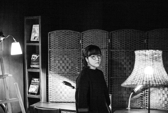 1976년에 태어난 작가 윤이형은 90년대 대중문화 세례를 듬뿍 받으며 성장한 X세대로 꼽힌다. 사진 백다흠