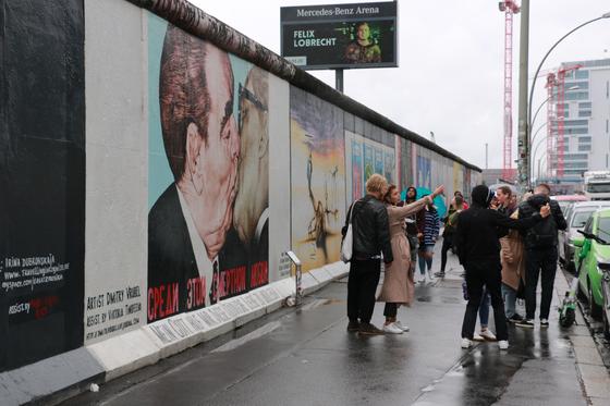 세계 각국의 예술가들이 베를린장벽에 벽화를 그려 놓은 이스트사이드갤러리에서 국내외 관광객들이 기념 사진을 찍고 있다. 한경환 기자