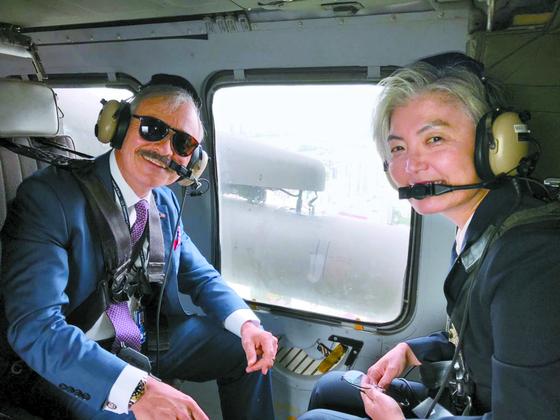 강경화 외교부 장관(오른쪽)과 해리 해리스 주한 미국대사가 20일 블랙호크 헬기를 타고 오산 공군기지로 향하고 있다. [사진 해리스 대사 트위터]