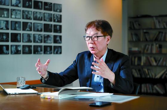 """이창위 서울시립대 법학전문대학원 교수는 '한국은 세계 최고의 원자력 기술을 갖고 있다""""며 '6개월이면 핵실험 없이도 핵무기를 만들 수 있다""""고 강조했다. 신인섭 기자"""