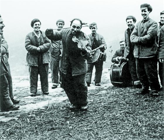 익살스러운 모습으로 바이올린 연주하는 미군 포로. 1951년 12월, 평안북도 벽동군 외국인 포로수용소. [사진 김명호]