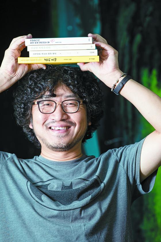 발달 장애 아들을 둔 만화가 이정헌씨. 독서토론으로 육아 노하우를 얻는다. 전민규 기자
