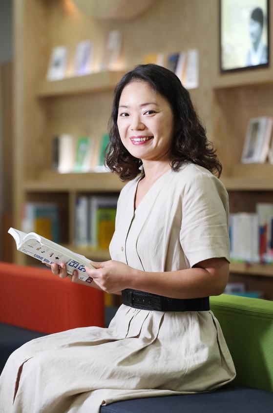 이경혜씨는 주 5일 도서관을 찾는다. 집에 TV를 없애고 아이들에게 책을 읽힌다. 신인섭 기자