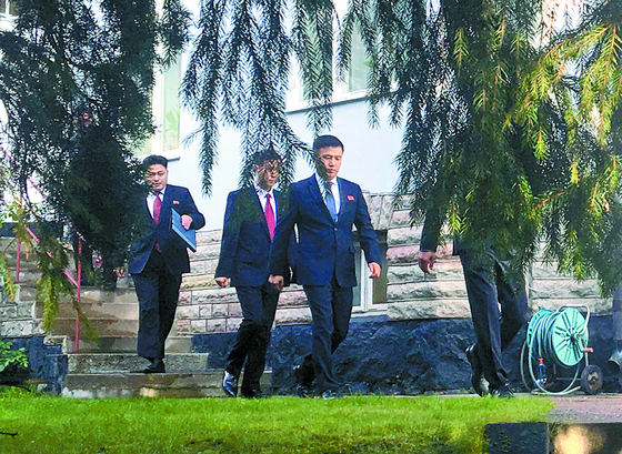 북·미 실무협상을 위해 지난 3일 스웨덴에 도착한 북한 대표단이 4일 스톡홀름 외곽에 위치한 북한 대사관을 나서고 있다. [연합뉴스]