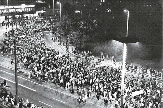 1989년 10월 23일 라이프치히에서 있었던 대규모 시위. 이후 한 달도 지나지 않은 11월 9일 베를린장벽이 붕괴됐다. [사진 독일연방기록청]