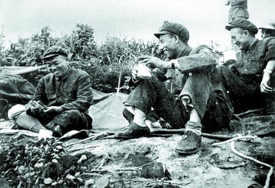 격추한 미군기 잔해로 만든 수저 선물을 받고 즐거워하는 펑더화이(왼쪽 첫째). 1953년 봄 개성. [사진 김명호]