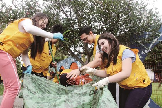 하나님의 교회 청년들이 브라질 상파울루에서 열린 지구환경정화운동에 참여해 거리를 청소하고 있다.