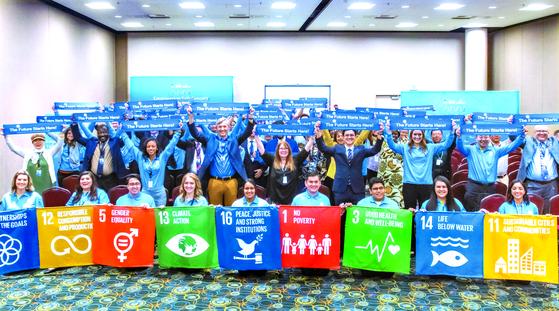 아세즈(ASEZ) 회원들이 8월 28일(현지시간) 제68차 유엔 시민사회 콘퍼런스에서 '미래는 여기서 시작된다'는 슬로건이 담긴 현수막을 펼쳐 보이고 있다.