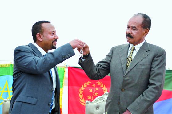 아비 아머드 알리 에티오피아 총리(왼쪽)가 지난해 7월 에티오피아 아디스아바바에서 이사이아스 아페웨르키 에리트레아 대통령과 함께 에리트레아 대사관 재개를 축하하고 있다. [EPA=연합뉴스]
