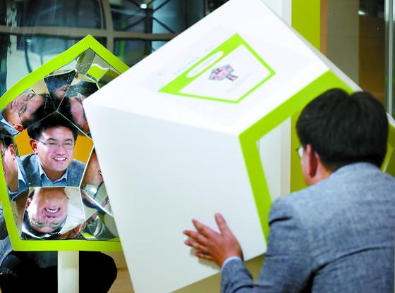오승록 서울 노원구청장이 노원수학문화관 1층에 설치된 '어질어질 이상한 거울'을 들여다보며 환하게 웃고 있다. 신인섭 기자