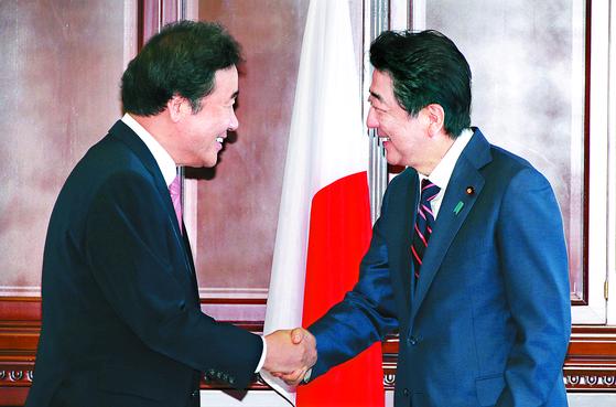 지난해 9월 11일 러시아 블라디보스토크에서 열린 동방경제포럼에서 이낙연 총리가 아베 신조 일본 총리와 만나 인사하고 있다. [연합뉴스]
