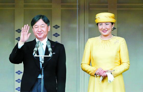 나루히토 일왕(왼쪽)의 즉위식이 오는 22일 열린다. 사진은 지난 5월 4일 공식석상에 선 나루히토 일왕과 마사코 왕비. [로이터=연합뉴스]