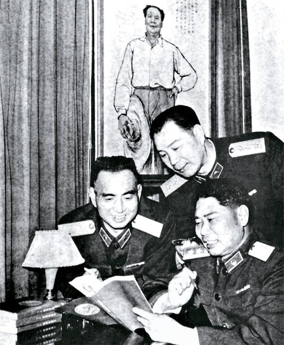 양더즈(오른쪽)와 양융(왼쪽), 양청우(가운데)는 나이·경력도 비슷했다. 3양이라 불렸다. 양더즈는 훗날 총참모장까지 지냈다. [사진 김명호]