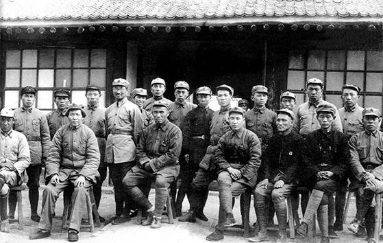 1937년 가을, 중공 항일근거지 옌안(延安)의 항일군정대학 문전에서 마오쩌둥(앞줄 왼쪽 둘째), 주더(朱德. 앞줄 왼쪽 셋째), 린뱌오(林彪. 앞줄 왼쪽 넷째) 일행과 함께한 천껑(뒷줄 왼쪽 넷째). 뒷줄 왼쪽 다섯째는 당시 마오의 부인 허즈전(賀子珍). 3대 항미원조 지원군 총사령관을 역임한 양더즈(楊得志 뒷줄 왼쪽 첫째)의 모습도 보인다. [사진 김명호]