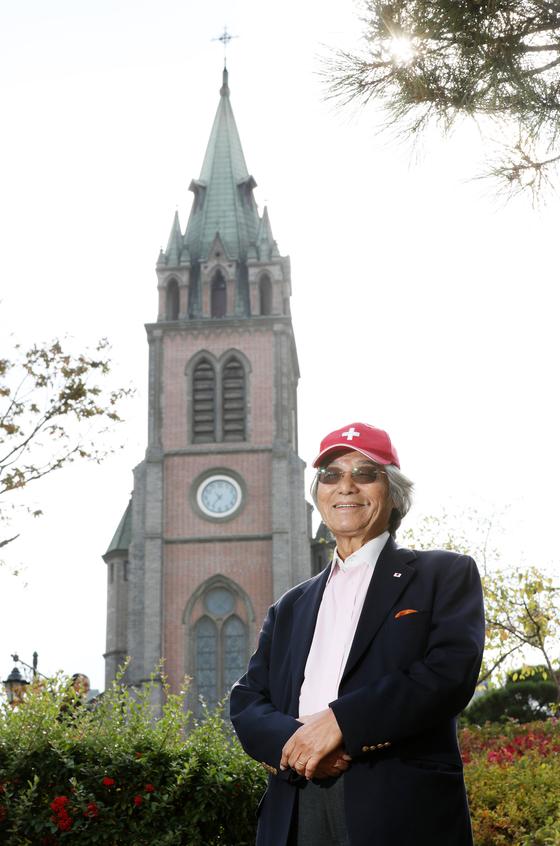 봉두완 전 TBC앵커가 지난달 26일 명동성당 앞에서 사진 촬영을 했다. 그는 손녀가 선물한 빨간색 모자를 항상 쓰고 다닌다. 신인섭 기자