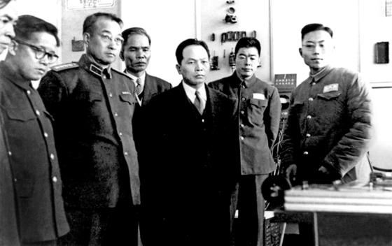 베트남 부총리 겸 국방부장 응우엔 잡(오른쪽 셋째)과 함께 공군 실험실을 둘러보는 천껑(오른쪽 다섯째). 1955년 11월 하얼빈, 중국인민군사공정학원 [사진 김명호]