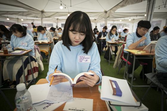 24시간 잠 안 자고 책 읽는 '2019 울트라독서마라톤'에 참가한 김여진 인턴 기자. 독서에 대한 관심을 북돋기 위해 마련된 대회다. 전민규 기자