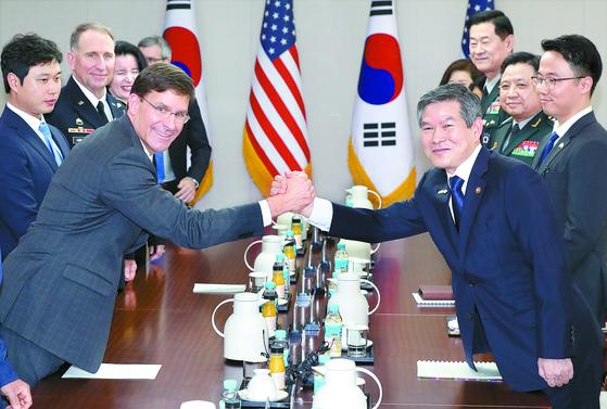 마크 에스퍼 미국 국방장관(왼쪽)이 취임 직후인 지난 8월 9일 서울 국방부 청사에서 열린 한·미 국방장관 회담에서 정경두 국방부 장관과 손을 맞잡고 있다. 에스퍼 장관은 오는 13~15일 서울에서 열리는 제51차 한·미 안보협의회의(SCM)에 참석하기 위해 방한한다. [뉴시스]