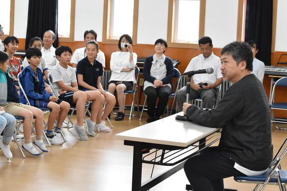 지난해 칸영화제에서 황금종려상을 받은 고레에다 히로카즈 감독이 지난달 부산일본인학교에서 학생들에게 강연하고 있다. [사진 나리카와 아야]