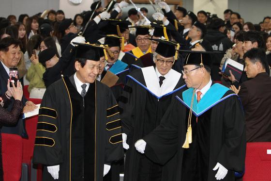 안성기와 김인규 총장(오른쪽). [사진 경기대]