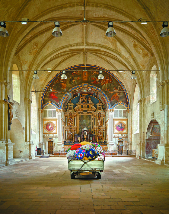 프랑스 푸아티에 생루이 예배당에 설치된 김수자의 '이주하는 보따리 트럭'. [사진 김수자 스튜디오·문소영]
