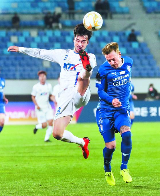 지난 6일 대전 한밭운동장에서 열린 2019 FA컵 결승 1차전에서 대전 코레일 장원석(왼쪽)과 수원 삼성 타가트가 볼 다툼을 하고 있다. 두 팀은 득점 없이 비겼다. [뉴스1]