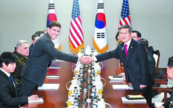 정경두 국방부 장관과 마크 에스퍼 미국 국방장관이 15일 국방부 청사에서 열린 안보협의회의(SCM)에서 악수하고 있다. [사진공동취재단]