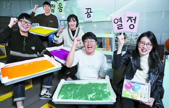 버려진 쌀을 이용해 영유아 교구를 개발한 동국대(서울) 창업팀 '미플레이'. 이들은 대학의 지원을 받아 올해 1월 창업에 도전했다. 김경빈 기자